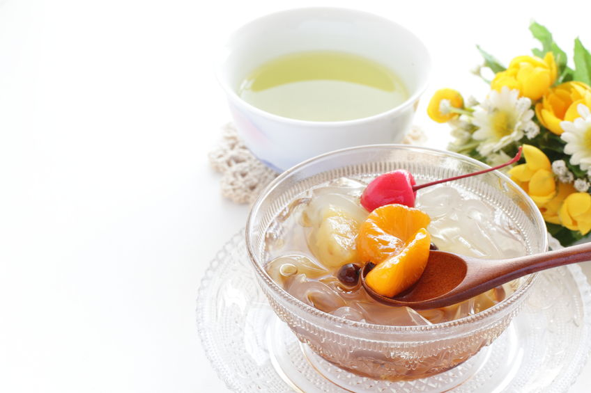 desert japonez cu jeleu din agar-agar și fructe