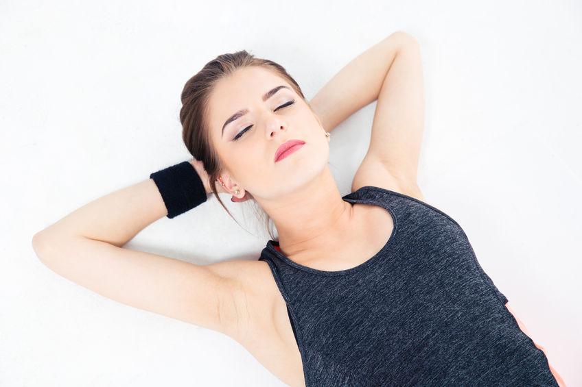 Dormitul pe spate îi ajută pe cei care suferă de artrită și dureri ale încheieturilor