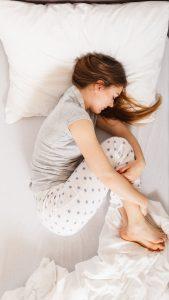 dormitul în poziție fetală ajută la refacerea uzurii coloanei vertebrale