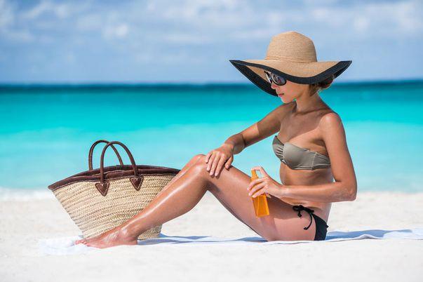 Geanta de plajă: Ce produse de frumusețe nu trebuie să lipsească din ea