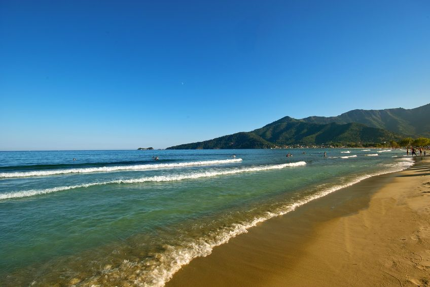 Golden Beach, plaja cea mai cunoscută din thasos. O plajă cu nisip fin într-o lagună înconjurată de munți împăduriți