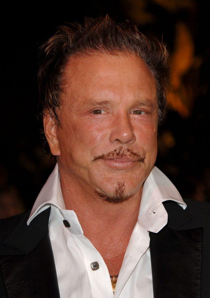 Mickey Rourke e celebru și are o avere de peste 15.000.000 $, dar merge în chiloți pe stradă