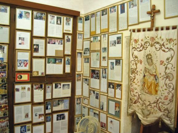 Pereții lăcașului, plin de fotografii cu bebeluși și scrisori d emulțumire ale părinților