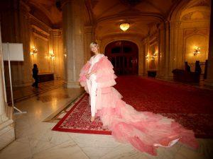 Sore a purtat un costum alb și o mantie roz