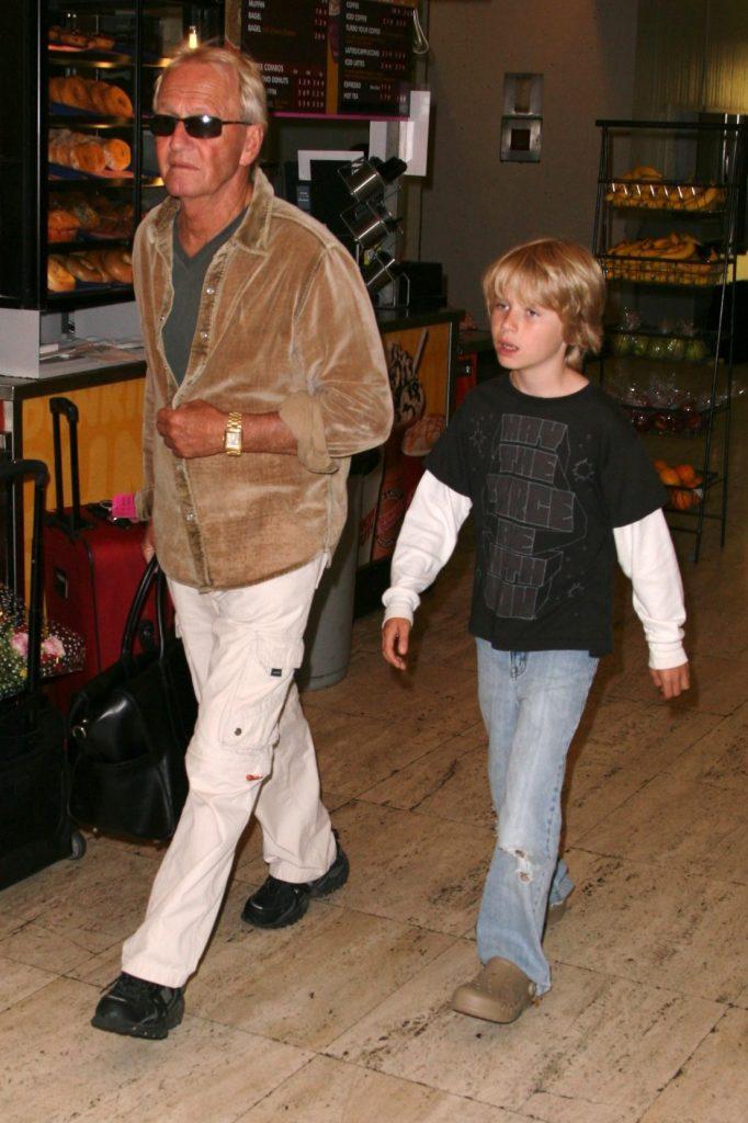 Paul Hogan cu copil din a doua casatorie, in 2008