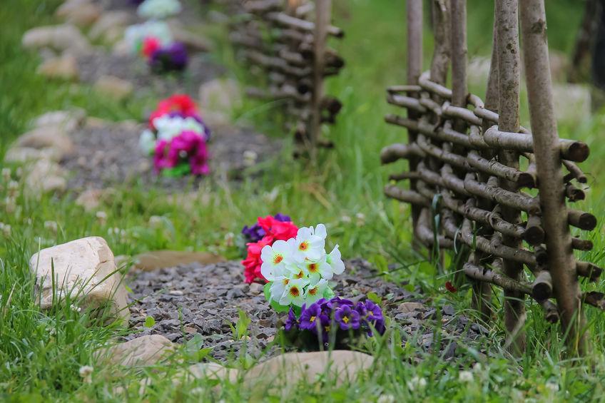 Gazonul se ține departe de flori cu pietre de râu și un strat consistent de mulch
