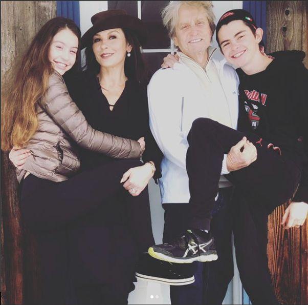 Catherine Zeta-Jones si Michael Douglas au recreat o veche fotografie de familie