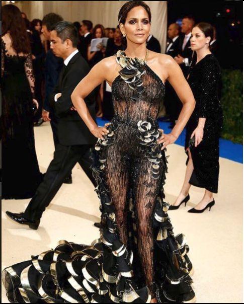 Halle Berry rochie transparenta