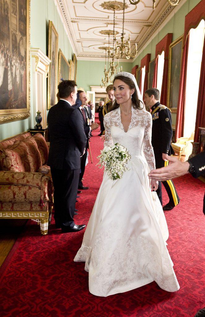 Kate Middleton mireasa tiara regina
