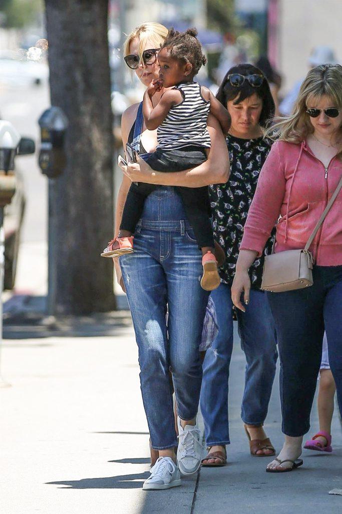 Charlize Theron si fetita ei