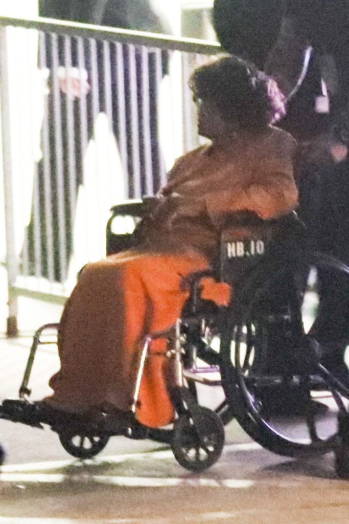 Katherine Jackson a suferit un accident vascular cerebral. Care e starea ei de sănătate--Katherine Jackson, la ieșirea din spital, într-un scaun cu rotile