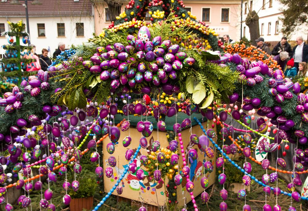 Tradiții de Paște în Germania. Fântână arteziană decorată cu ouă colorate și crenguțe verzi