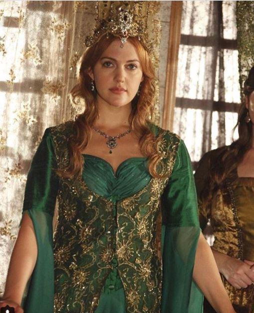 Meryem Uzerli, celebra sultană Hurrem, moment stânjenitor pe covorul roșu de la Cannes. Detaliul rușinos surprins în imaginile cu actrița