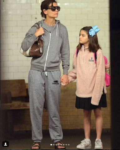 Katie Holmes si fiica ei, la metrou, in New York