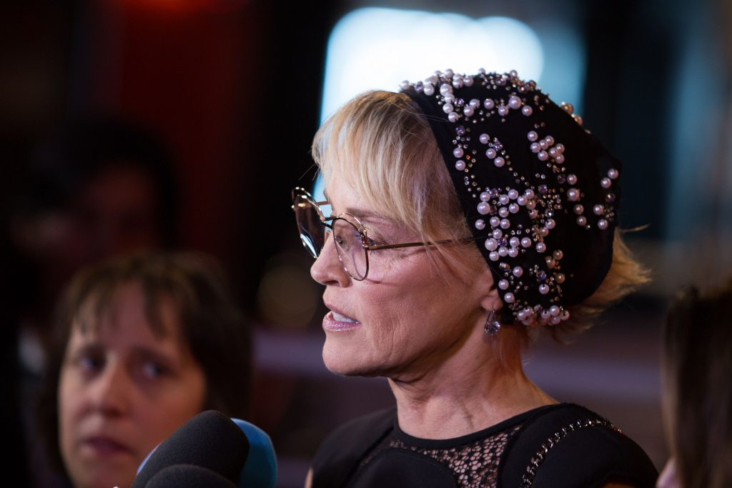 Sharon Stone a imbatranit