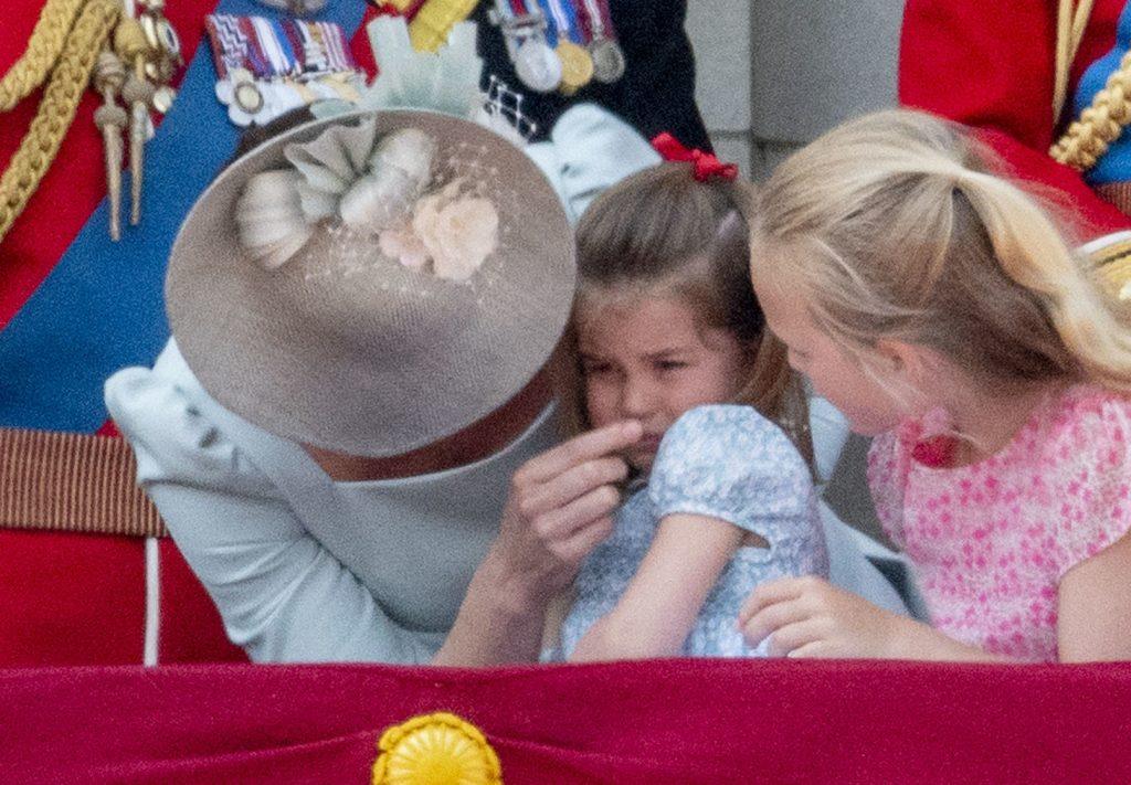 Incident pe balconul de la palatul Buckingham! Prințesa Charlotte a alunecat în timp ce urmărea parada militară!