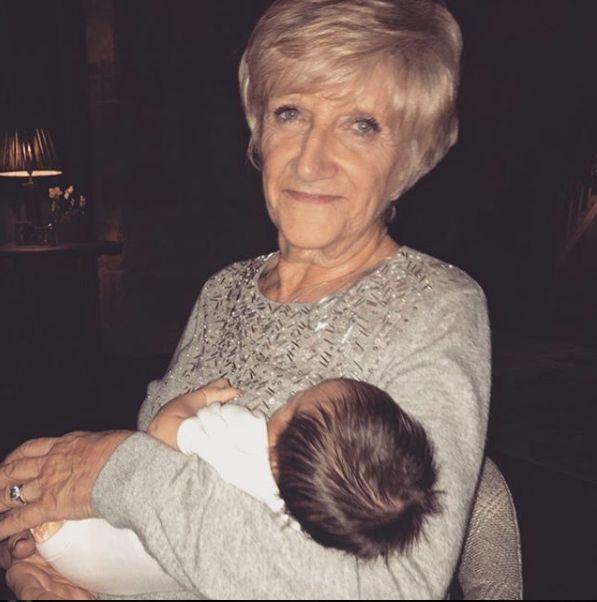 mama lui Beckham, cu nepotica sa