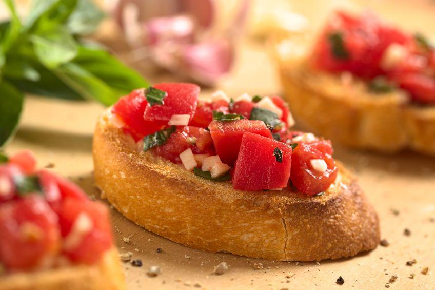 bruschetele sunt delicioase cu roșii proaspete și bucățele de usturoi la cuptor