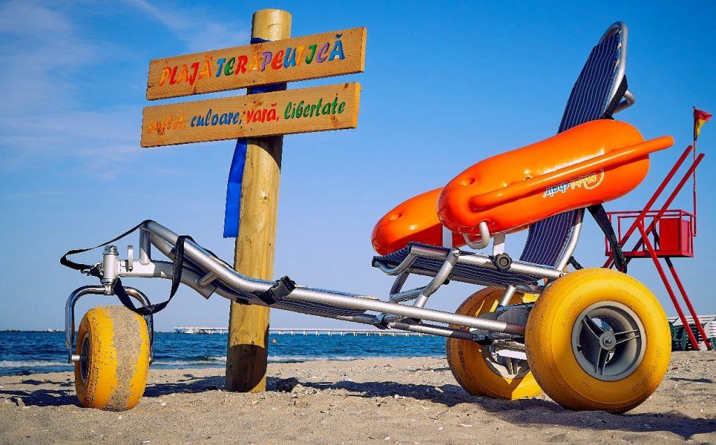 fotolii mobile special construite ce se pot deplasa pe nisip și deasemenea pot pluti pe apă marii.
