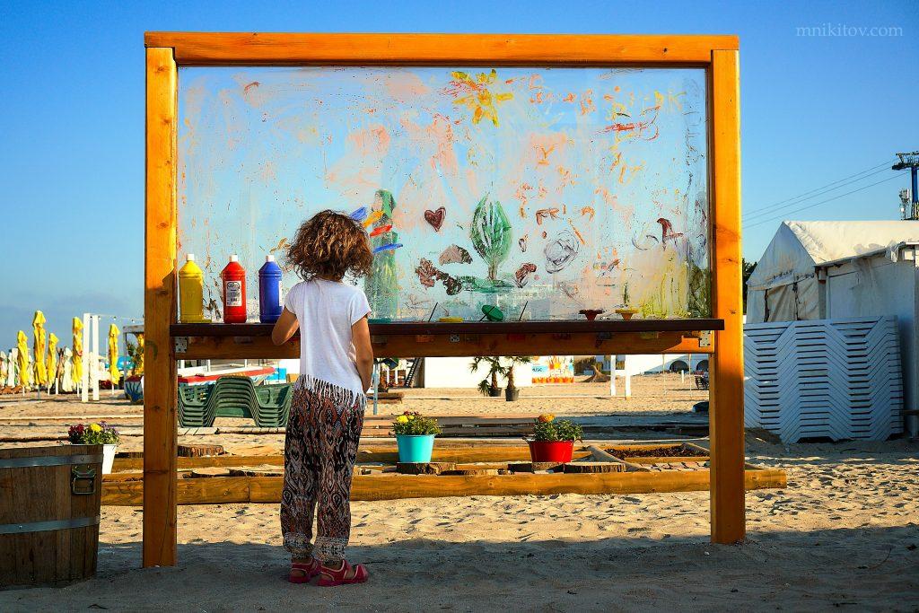 Prima plaja terapeutică: pictura pe sticlă direct pe plajă.