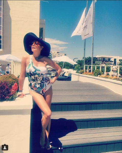 Dana Savuica in costum de baie