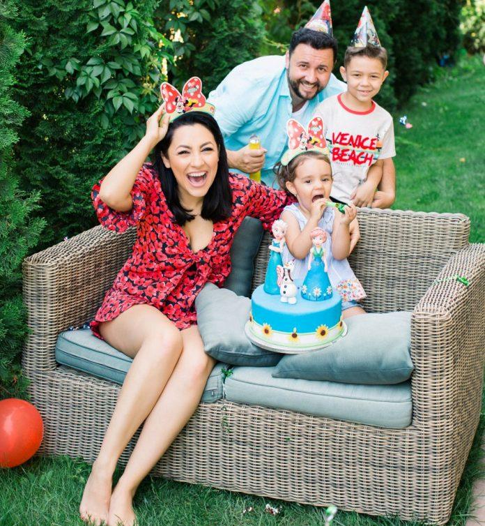 """Andra este însărcinată cu al treilea copil? Detaliul din imaginea postată de Cătălin Măruță care o dă de gol. """"Vine barza!"""