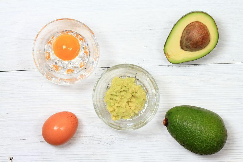 Mască cu ou, avocado și ulei de cocos