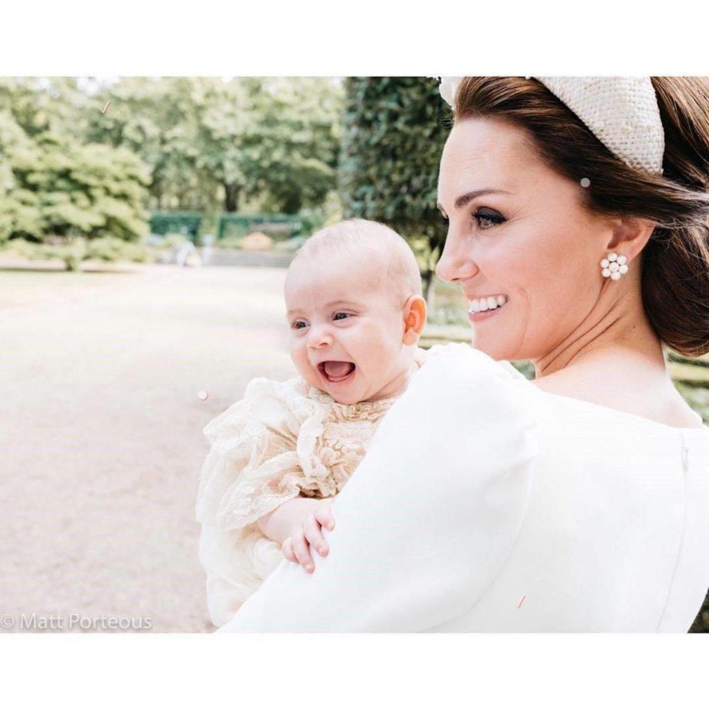 Cea mai frumoasă imagine de la botezul prințului Louis! Detaliul observat decei care au privit cu atenție fotografia. Iată povestea din spatele ei