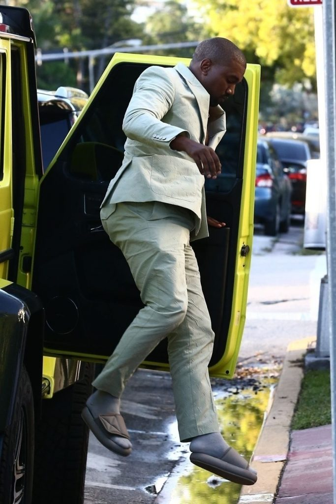 Kanye West da tonul in moda