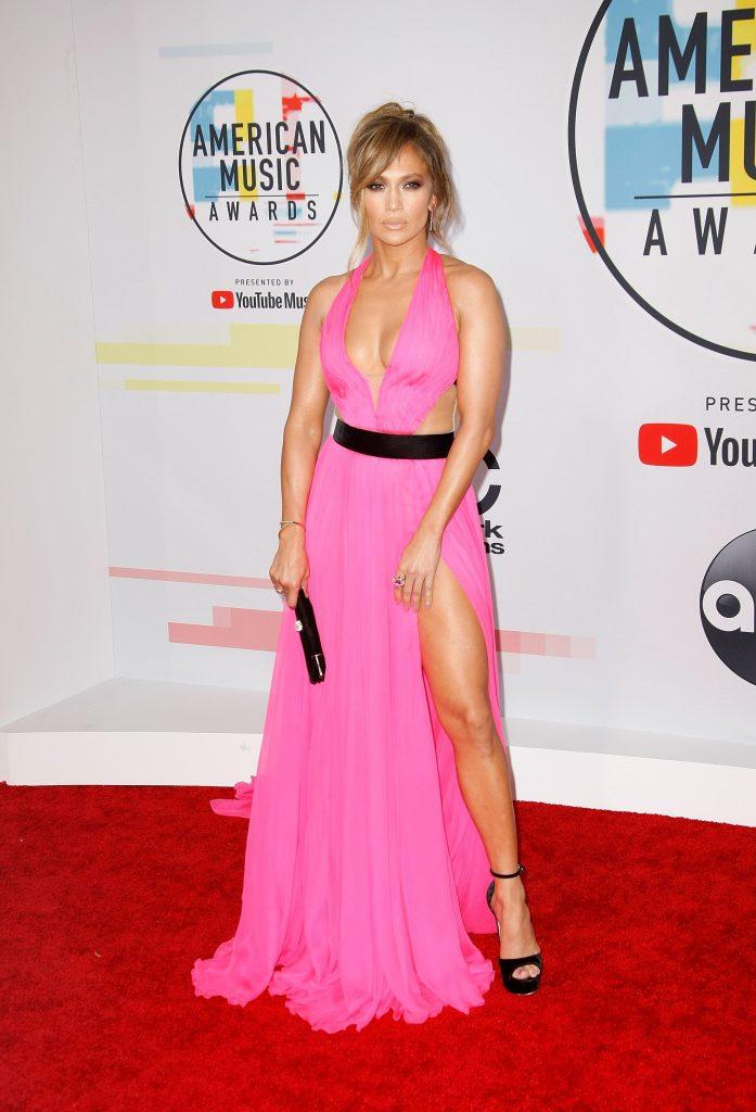 Jennifer Lopez si-a dezgolit picioarele si mijlocul