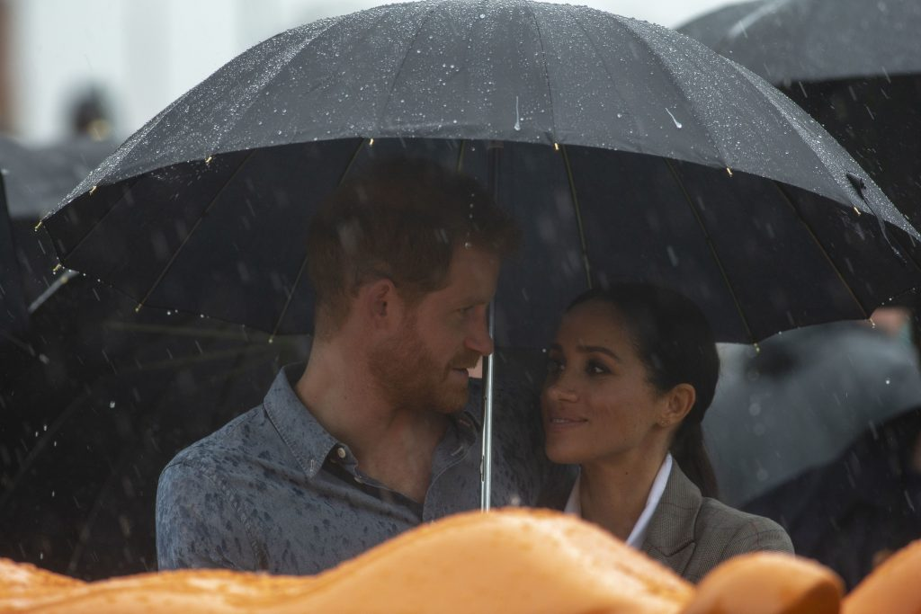 Meghan ii tine umbrela printului Harry