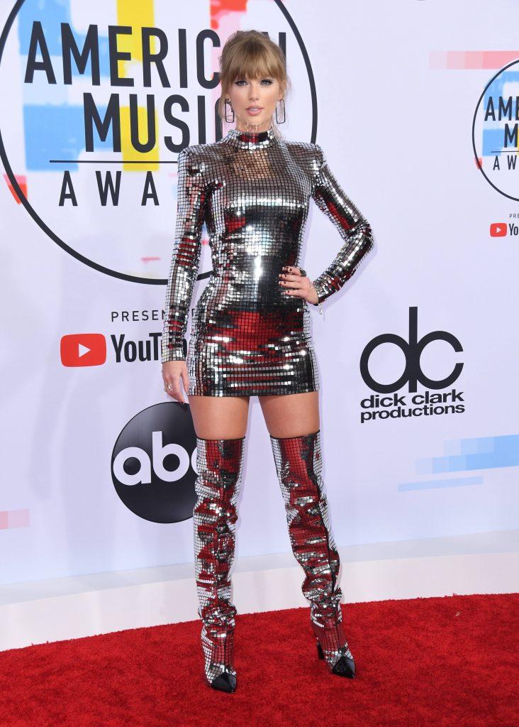 Taylor Swift a avut o tinuta inspirata de epoca disco