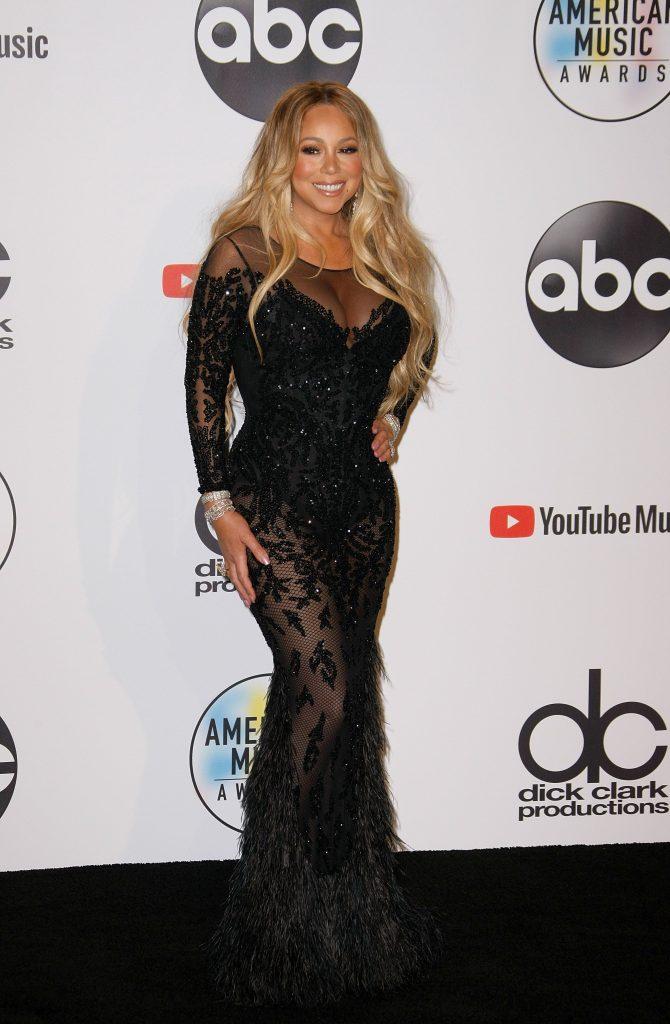 ca de obicei, Mariah carey si-a scos curbele in evidenta