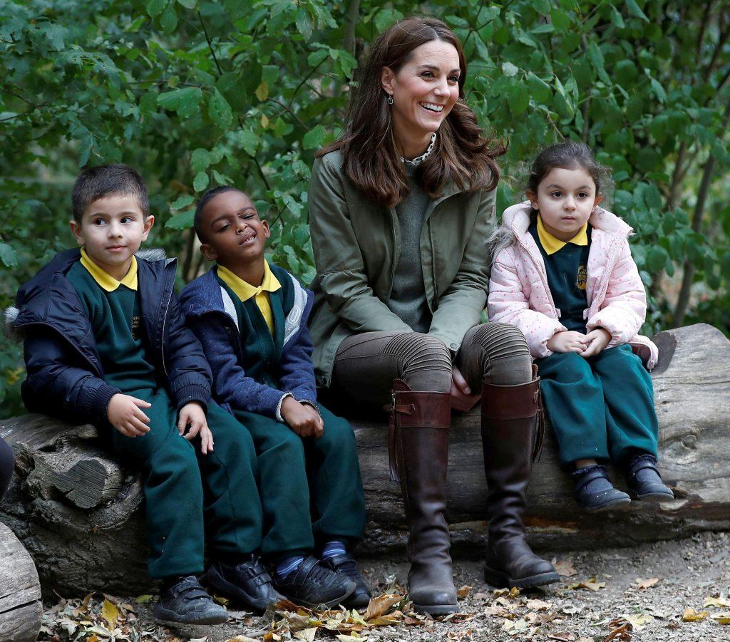 Reacţia lui Kate Middleton când a fost întrebată de o fetiţă de ce e fotografiată. Răspunsul ei a devenit viral