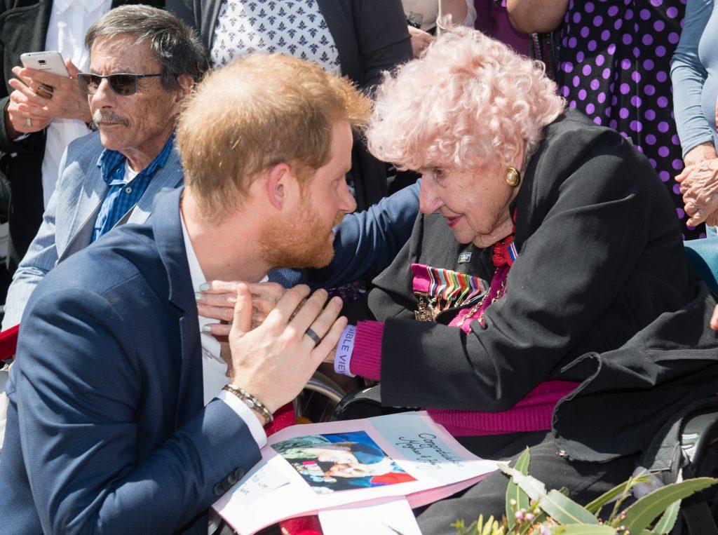 Prințul Harry a îngenunchiat în fața acestei femei, iar Meghan i-a urmat gestul