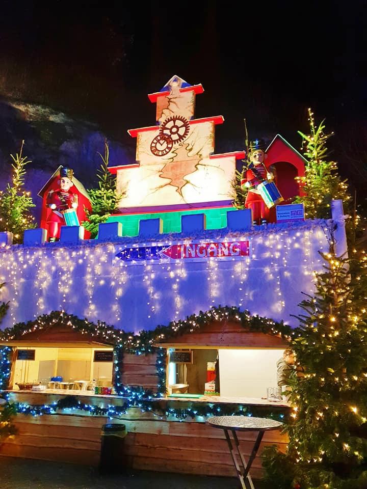 Ieșită din comun este și experiența pe care o oferă târgurile de Crăciun de la Valkenburg, din Olanda. Din noiembrie și până în ianuarie, sute de standuri sunt răspândite prin tuneluri și pesteri săpate în dealul Valkenburg.
