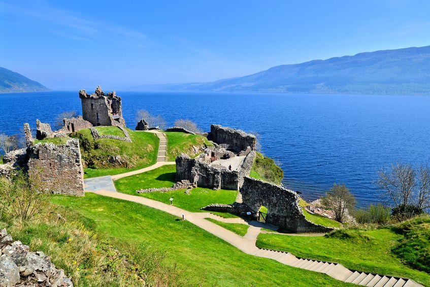 Ruinele Castelului Urquhart pe malul Loch Ness