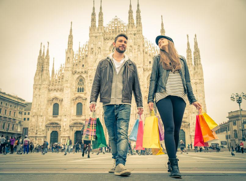 Cuplu la cumpărături la Milano