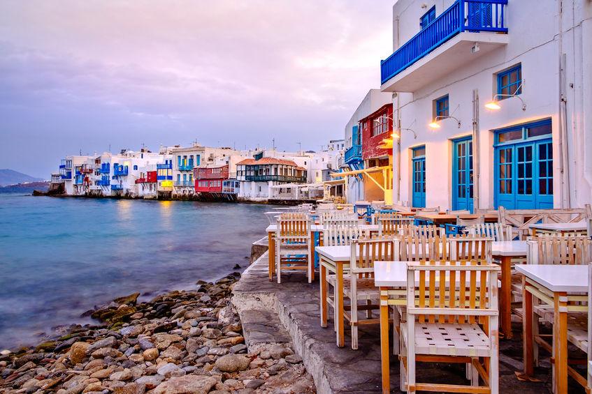 Răsărit de soare pe malul mării. Mica insulă grecească se trezește la viață