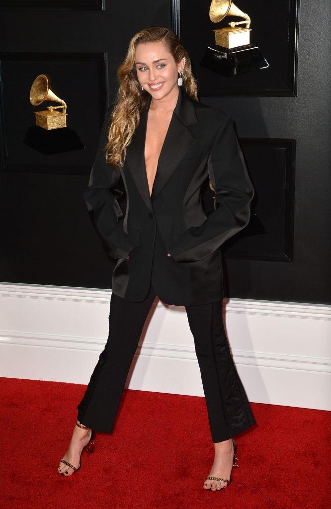 Miley Cyrus a optat pentru un costum sexy