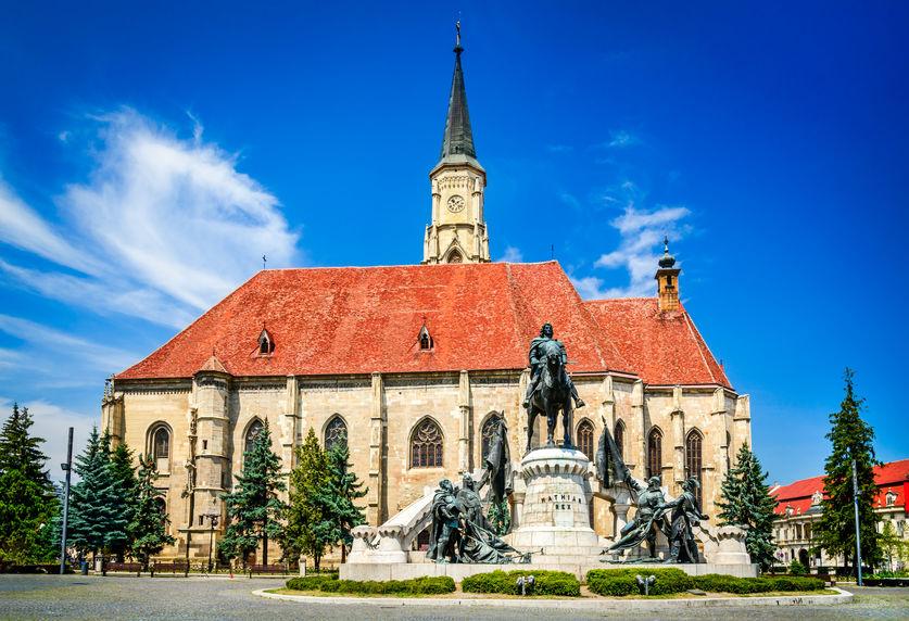 Cluj-Napoca. Biserica catolică Sfântul Mihail și statuia lui Matei Corvin
