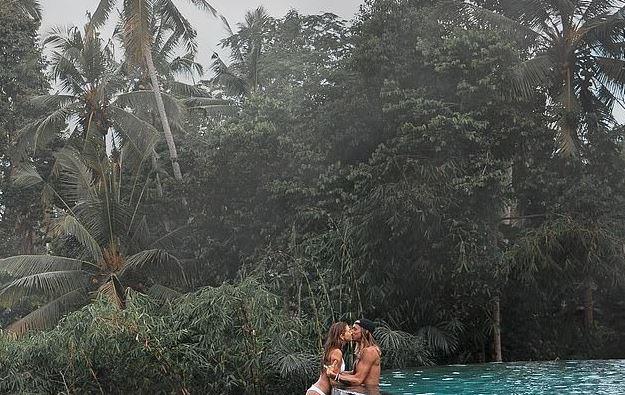 """Imaginea care a stârnit indignare pe Instagram. Cum s-au fotografiat cei doi îndrăgostiţi: """"Îi învățați pe oameni să facă lucruri stupide"""