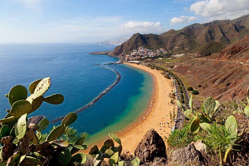 Vedere de sus a plajei Las Teresitas din Tenerife