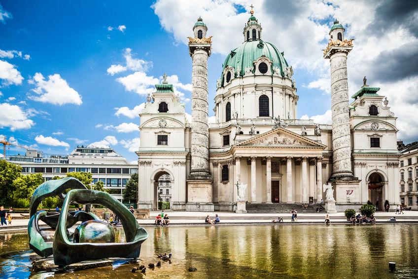 Viena. Faimoasa Karlskirche din Karlsplatz