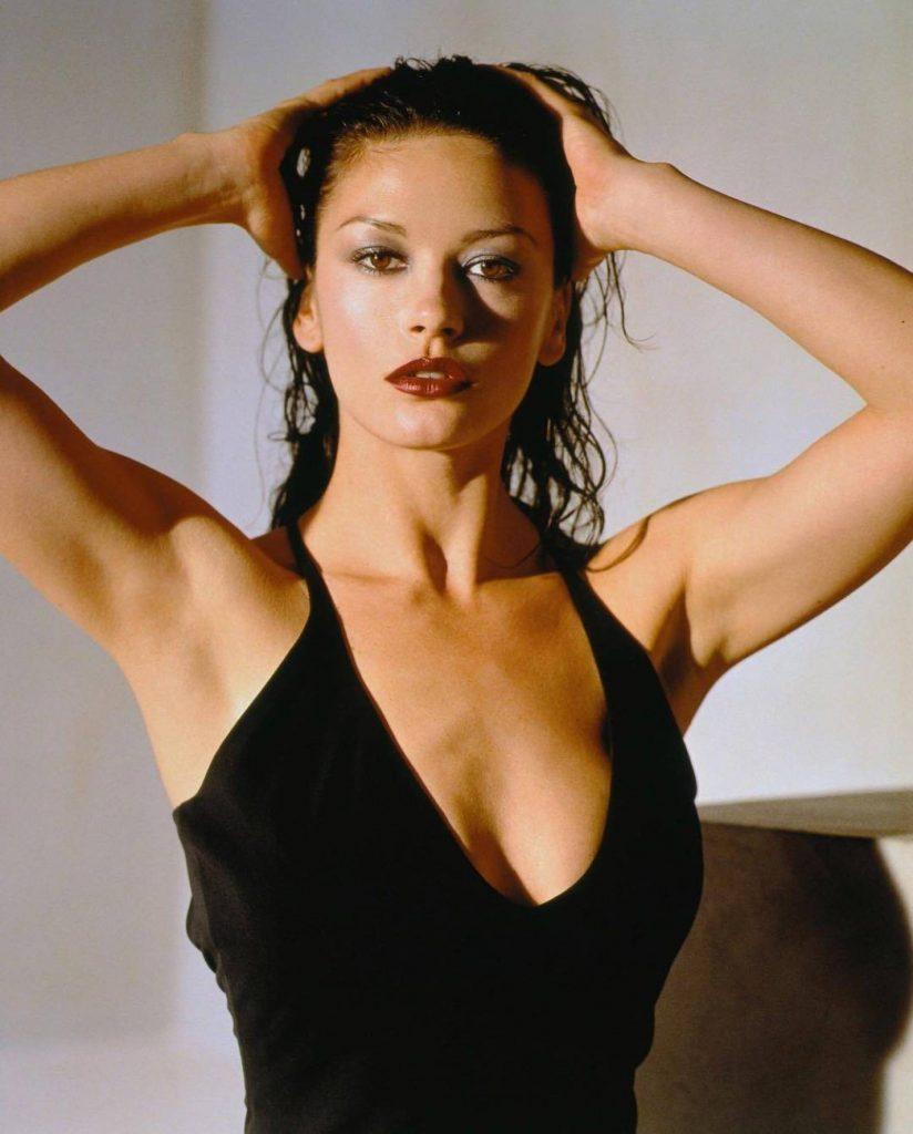 Cu tenul îmbătrânit şi riduri vizibile, Catherine Zeta-Jones pare greu de recunoscut. Cum arată îndrăgita actrițăla 49 de ani