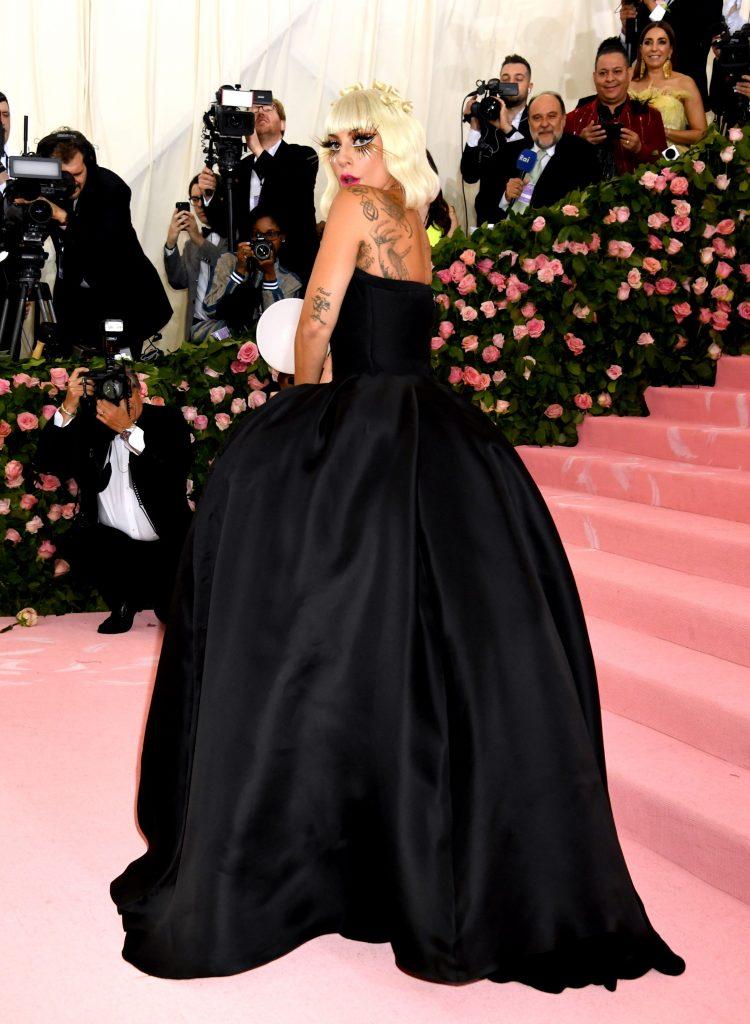 Gaga, vedeta cu o gramada de fete