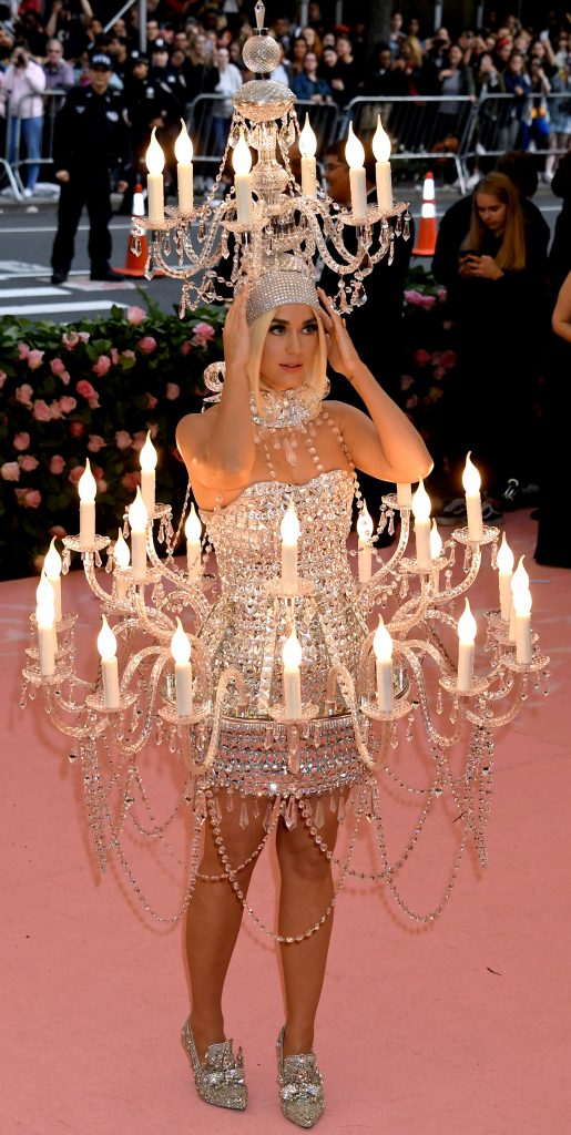 Katy Perry, imbracata in candelabru