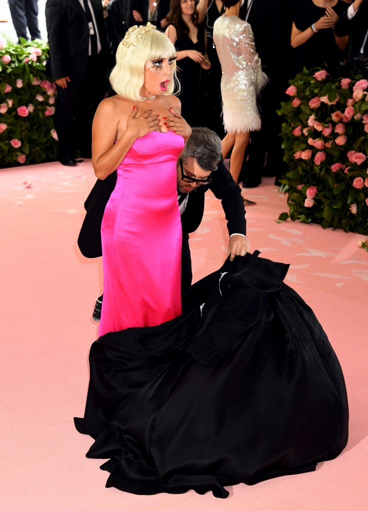 Lady Gaga, in timp ce se dezbraca intr-o alta tinuta