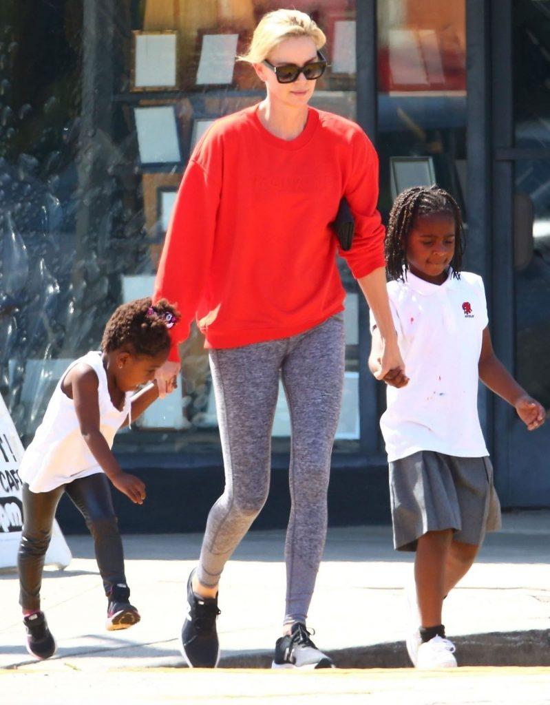 cea mica se imbraca in pantaloni, iar Jackson in fusta