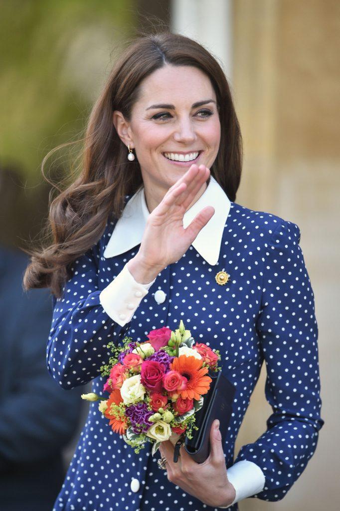 Kate Middleton a apărut într-o rochie îndrăzneață, care i-a jucat feste.Vântul i-aexpus picioarele mai mult decât și-ar fi dorit ducesa